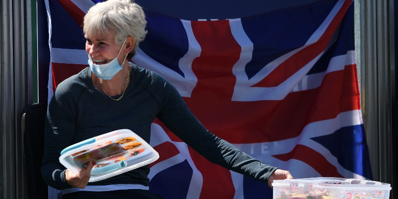 Judy Murray hands out cakes
